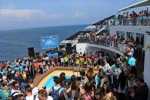 Concierto y barra libre en la piscina del super ferry