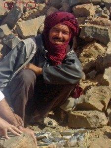 Los personajes que encontraremos en Rissani, las compras de ropas, bisuteria, minerales, fosiles, rosas del desierto, aceite de Argan...