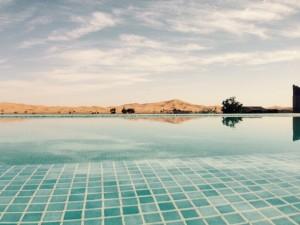 Un baño despues de un dia de aventuras en la piscina del Albergue, frente a las dunas es un regalo de los dioses.